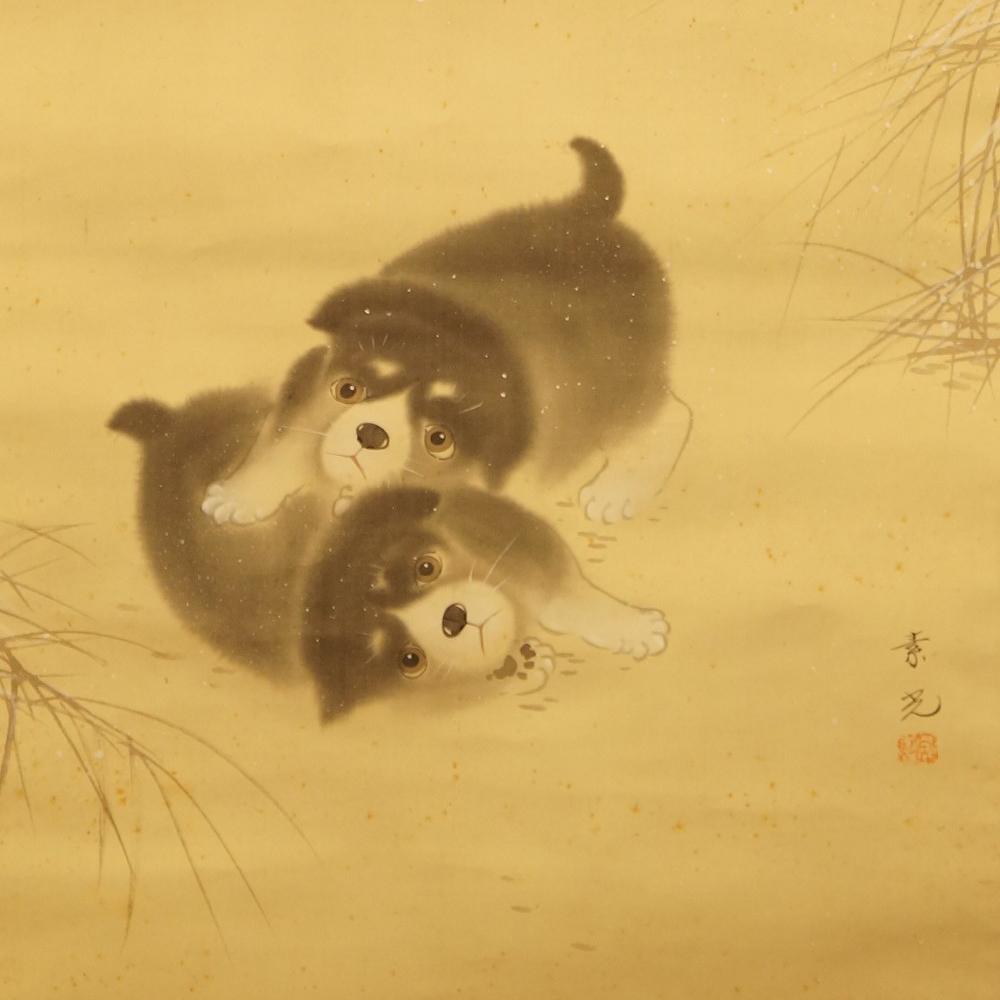Zwei Hundewelpen spielen im Schnee - japanisches Rollgemälde (Kakejiku, Kakemono)