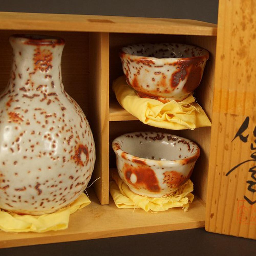 Handgetöpferte japanische Sake Flasche mit 2 Schalen (Tokkuri, Guinomi) aus Shino Keramik