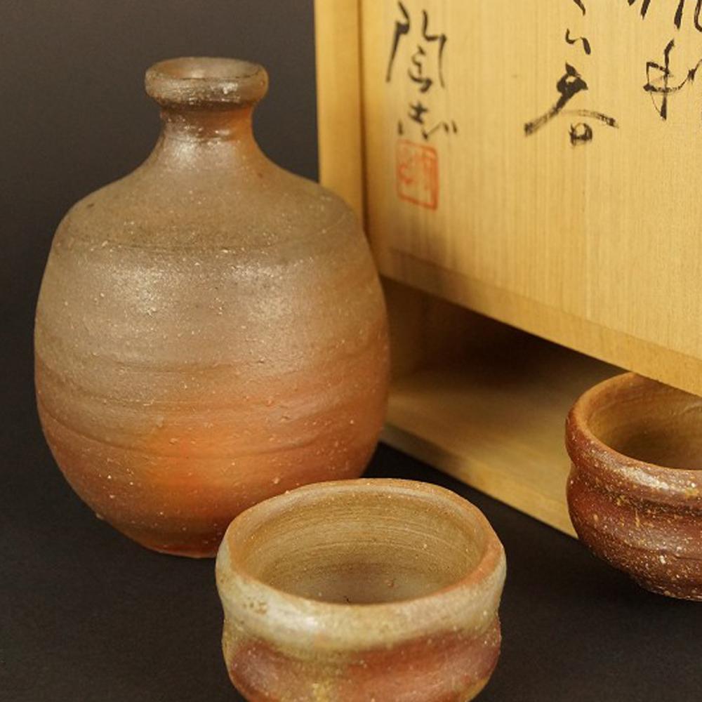 Handgetöpferte japanische Sake Flasche mit 2 Schalen (Tokkuri, Guinomi) aus Bizen Keramik
