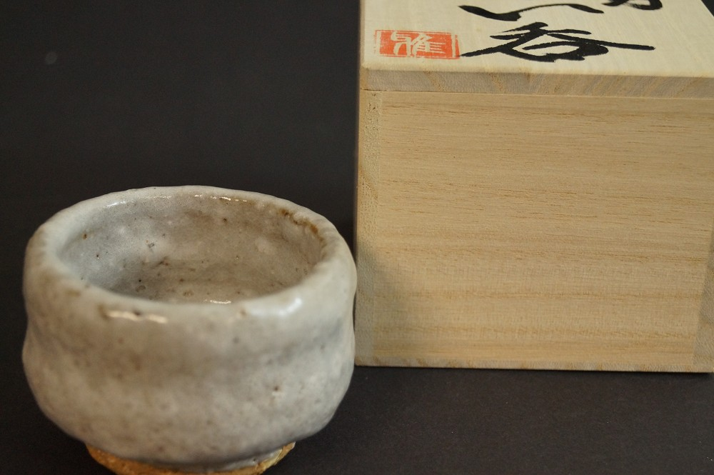 Handgetöpferte japanische Sakeschale (Guinomi) Shino Keramik