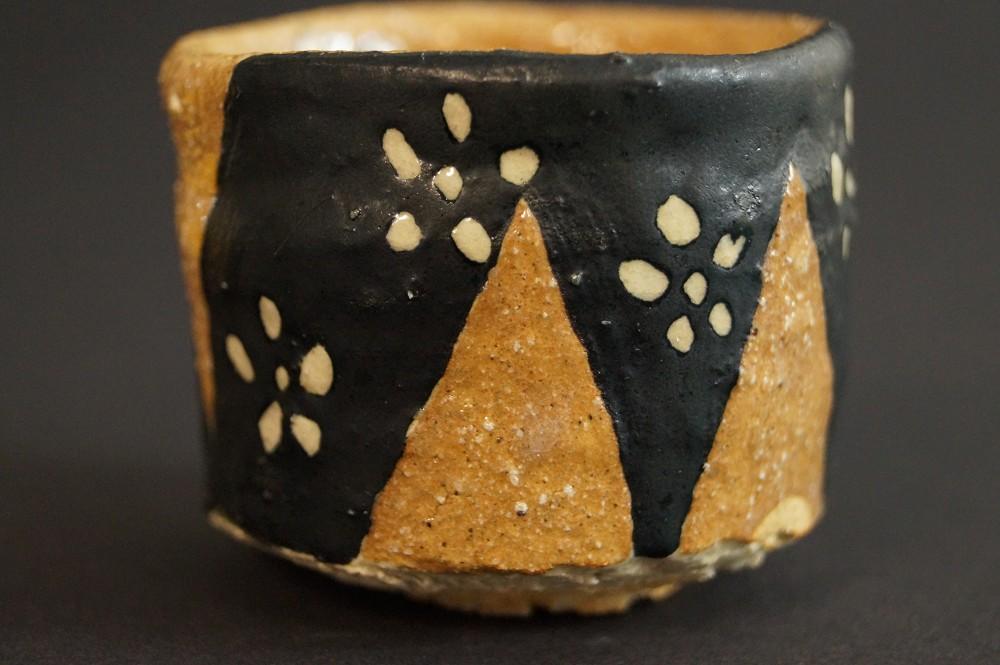 Handgetöpferte japanische Sakeschale (Guinomi) Oribe Keramik