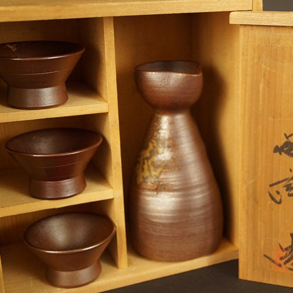 Handgetöpferte japanische Sake Flasche mit 3 Schalen (Tokkuri, Guinomi) aus Bizen Keramik