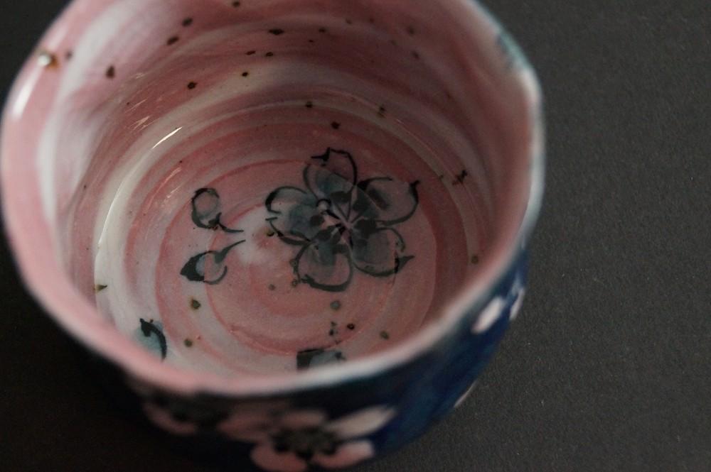 Handgetöpferte japanische Sakeschale (Guinomi) Sakura Kirschblüte von Akitoshi Kurosaki