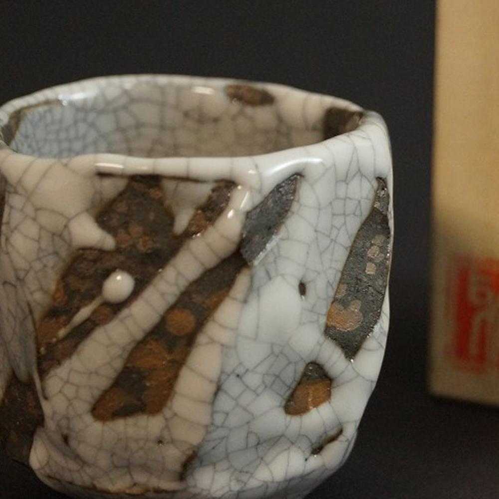 Handgetöpferte japanische Sakeschale (Guinomi) Shino Keramik von Bunga Yamamoto