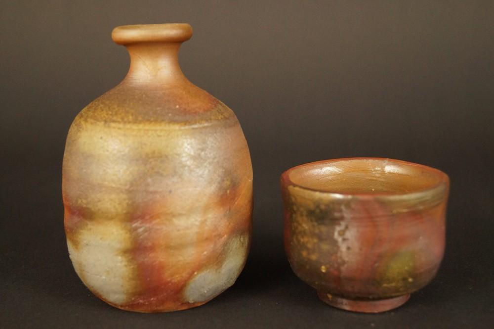 Handgetöpferte japanische Sake Flasche und Schale (Tokkuri, Guinomi) aus Bizen Keramik